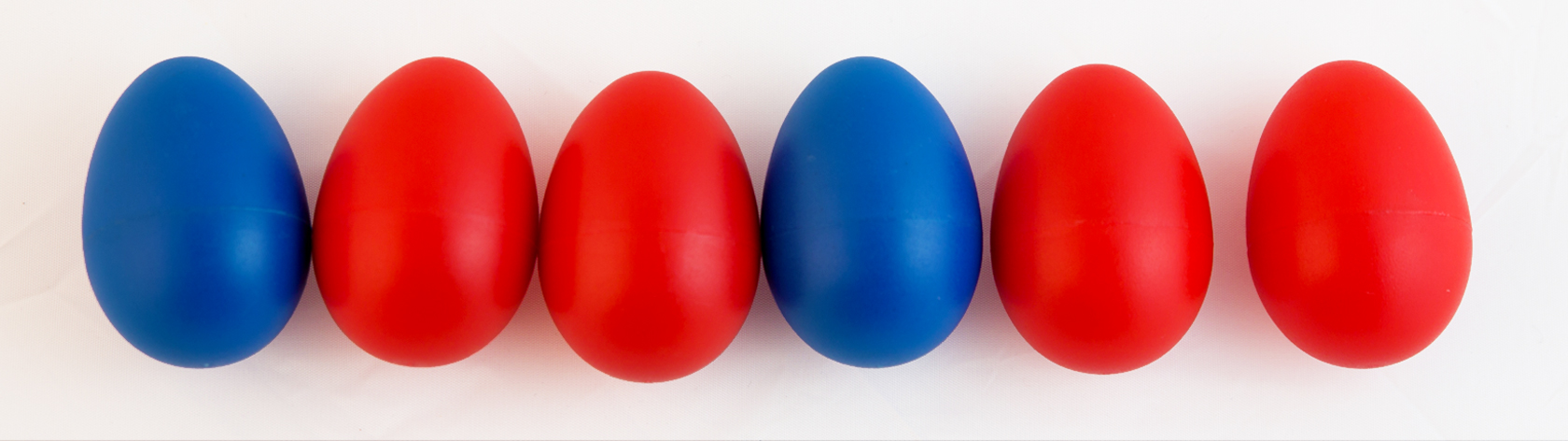 Red and blue plastic eggs organized in a pattern